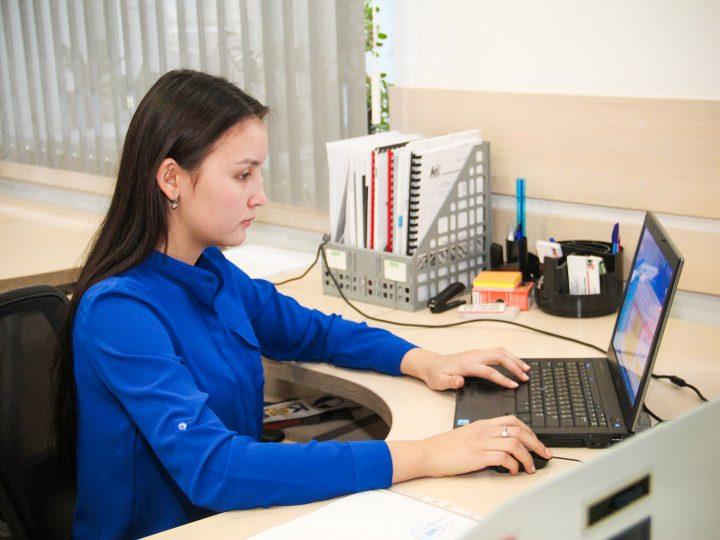 Студентка за рабочим местом
